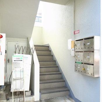 【共用部】きれいに管理されています。階段で上へ。