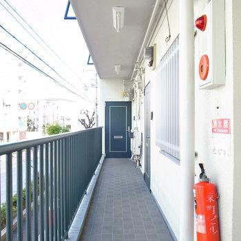【共用部】2階の奥まで行くと、今回のお部屋です。