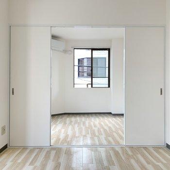 【ダイニング】洋室とは引き戸で仕切るタイプ。