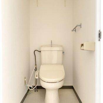 脱衣所隣にトイレ。ウォシュレット付きで快適です。