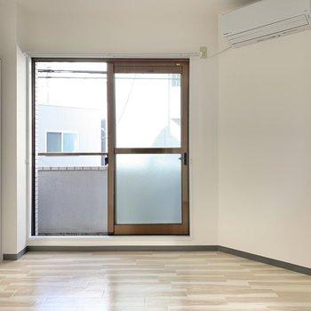 【洋室5帖】エアコンも付いています。