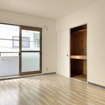【洋室6帖】2つ目の洋室は押入付き。お布団が入る大きさです。