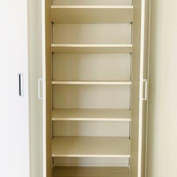 またまたキッチンの右側には細かく別れているタイプの収納!これは便利そう...(※写真は10階の同間取り別部屋のものです)