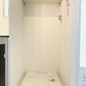 洗濯機置き場の上には棚もあるので、タオルなどを収納!(※写真は10階の同間取り別部屋のものです)