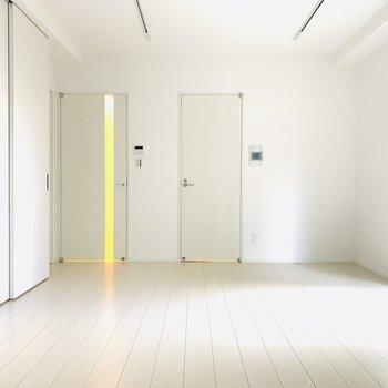 反対側から見て見ると、真っ白でどんな家具にも合いそうです!(※写真は10階の同間取り別部屋のものです)