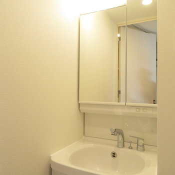 独立洗面台は鏡裏に収納が