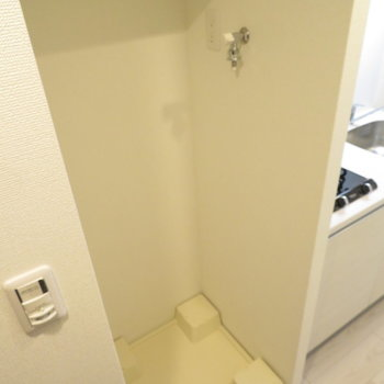 キッチン隣に洗濯置き場。目隠しをしてもいいかも
