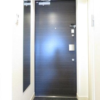 玄関には姿見もあります※写真は同間取り別部屋のものです