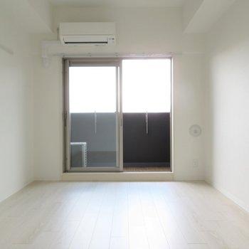 正方形に近い間取りは家具の配置が容易です※写真は同間取り別部屋のものです