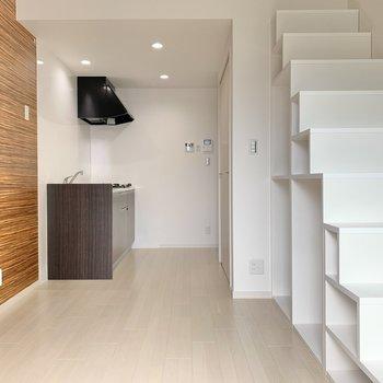 木目調のクロスに階段収納。魅力的な空間です◯