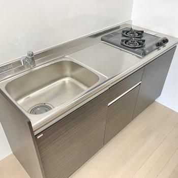 キッチンは2口コンロ。まな板を置くスペースもありますね◎