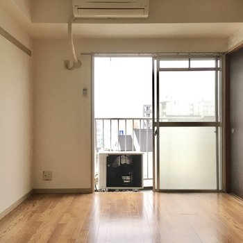 こちらは6帖の洋室。東向きなので朝日がたっぷり入ります。