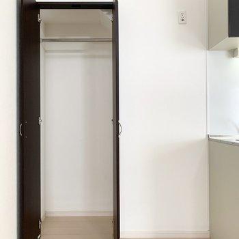 キッチンのお隣には冷蔵庫置場とクローゼット。
