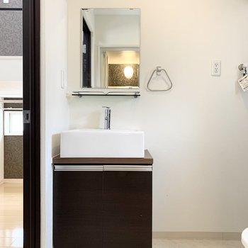 入って正面におトイレと左手に洗面台。