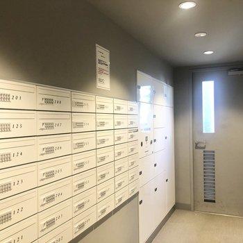 ポストコーナーには宅配ボックスもあります。