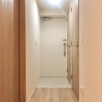 廊下に戻って左は洋室2。右の手前扉は…