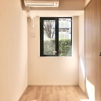 【洋室1】5畳の洋室です。