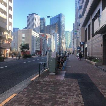 駅前の通りにはコンビニや飲食店も。