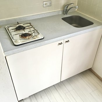 キッチンは2口コンロ。作業台もしっかりあるのでお料理の幅が広がりますね。