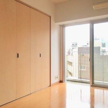 洋室には大きな扉。(※写真は6階の同間取り別部屋のものです)