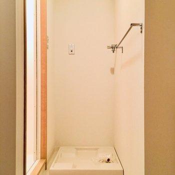 洗濯機置き場はお風呂の前に。脱いだら洗濯機に直で入れられます。(※写真は6階の同間取り別部屋のものです)