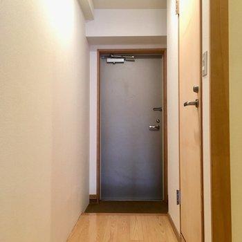玄関は普通サイズかな?(※写真は6階の同間取り別部屋のものです)