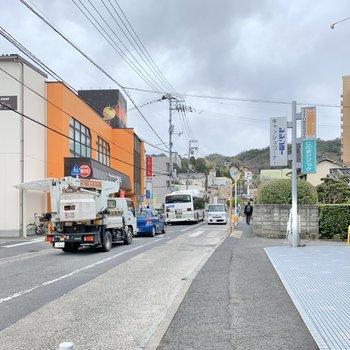 4分ほど歩くと、大通りに。バス停、スーパー、病院がまるっとあります。