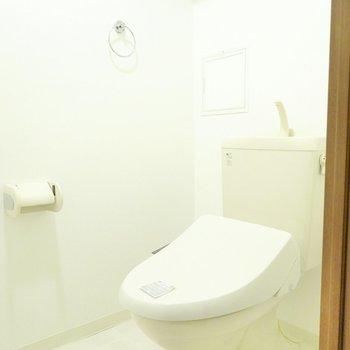 ウォシュレット付きの清潔なトイレです。 (※写真は9階の反転間取り別部屋のものです)