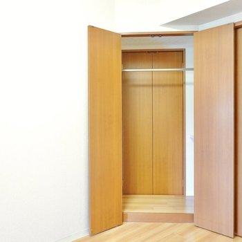 中はクローゼットに。おや、その奥にも扉がありますね。 (※写真は9階の反転間取り別部屋のものです)