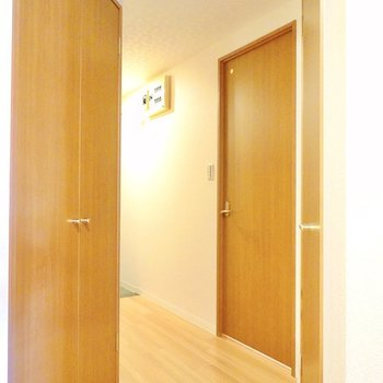 くねっと曲がった廊下。左の扉は先程クローゼットから見えたもの。 (※写真は9階の反転間取り別部屋のものです)