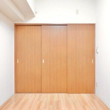 寝るときは扉を閉めて安心感のある個室に。 (※写真は9階の反転間取り別部屋のものです)