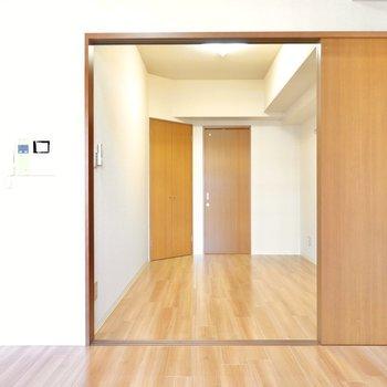 引き戸の向こうには洋室。 (※写真は9階の反転間取り別部屋のものです)