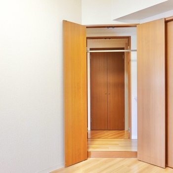 奥の扉を開けると、その先は廊下!さらに奥にも扉が見えますがこちらは後ほど。 (※写真は9階の反転間取り別部屋のものです)