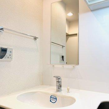 正解は洗面所!使わないときは隠せるっていう新しい考え!(※写真は2階の反転間取り別部屋のものです)