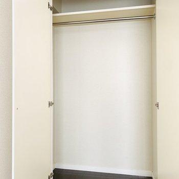 収納はハンガーパイプがついて、背も高めなので床にはクリアケースも置けそう。(※写真は2階の反転間取り別部屋のものです)