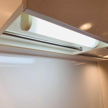 上部の照明の奥にはシルバーの棒が。キッチン用具などはここに。(※写真は2階の反転間取り別部屋のものです)