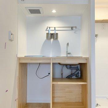 調理器具は上に掛けたり、下に仕舞ったり……。※写真はリフォーム途中のものです