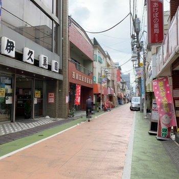 商店街を通ってお部屋に向かいますよ。帰りにお買い物が済ませられて便利!
