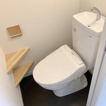 温水洗浄機付きトイレ。棚には予備のトイレットペーパーを。※写真はリフォーム途中のものです