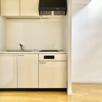 キッチン左側に冷蔵庫、右に棚などを置くと使いやすそう!