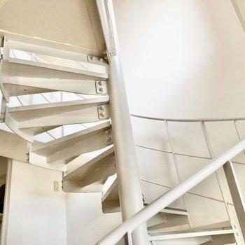 ぐるっと階段を登って2階へ。