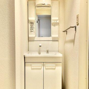 脱衣所には洗面台と洗濯機置き場がギュッとまとまっています。