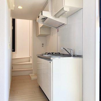 白で統一された清潔感あるキッチン。