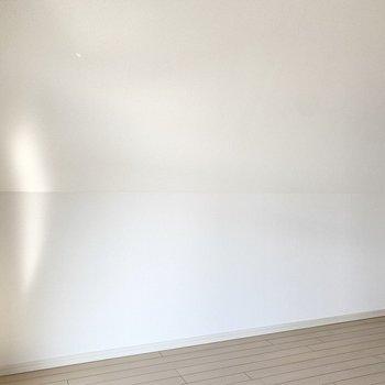 壁側は天井が低くなっています。