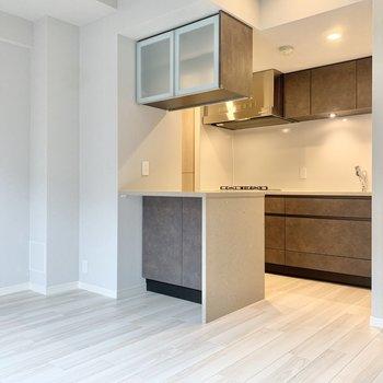 【LDK】カップボード付きキッチンで食器の整理も楽ちん。