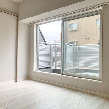 【洋室】窓が大きめで、風通し良好です◯