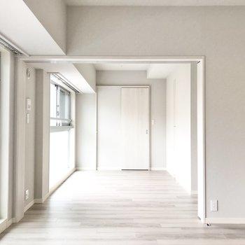 【LDK】奥は寝室に。引き戸は開けたままだと光がよく通ります。