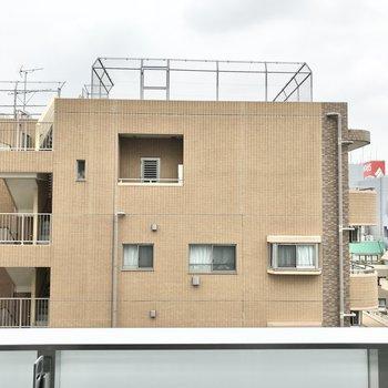 眺望はご近所のマンション。