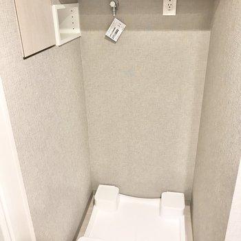 洗濯機置き場上にはタオルや洗剤などを。