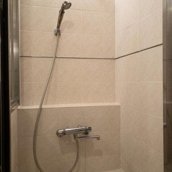 そして浴槽とは別にシャワーブースがあります!